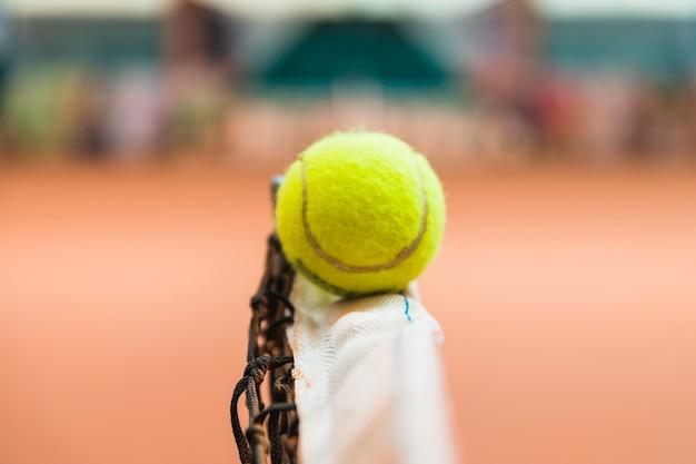 Détail d'une balle de tennis sur le filet