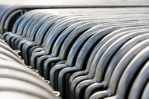 Détail de barrières en acier portables empilées ensemble avant un événement public