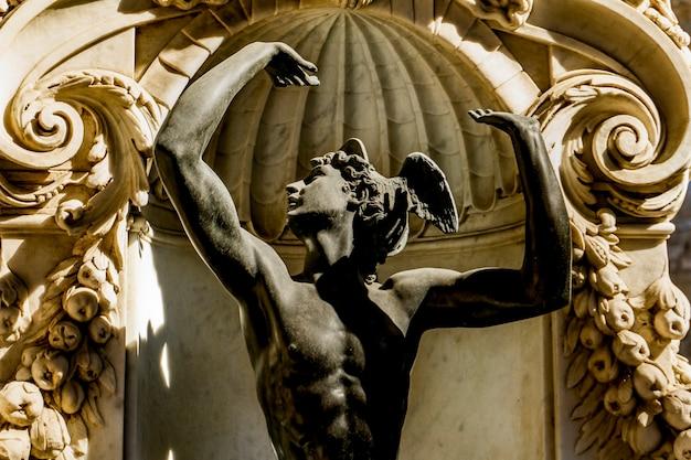 Détail de la base de la sculpture persée avec la tête de méduse à loggia dei lanzi à florence, italie