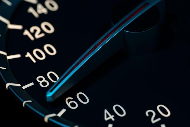 Détail à basse vitesse avec odomètre de voiture ou tachymètre macro shot