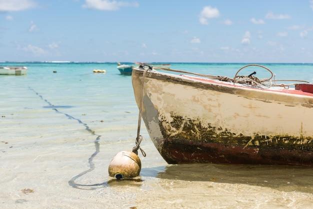 Détail de bateau de bouée ovale avec corde