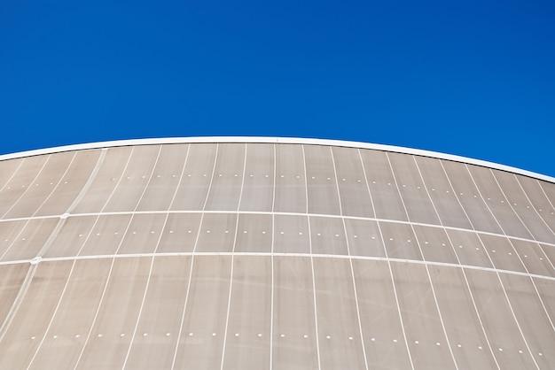 Détail de bâtiment moderne contre le fond abstrait d'architecture de ciel bleu