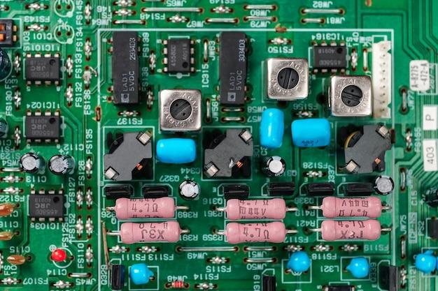 Détail de carte mère de circuit avec des composants électroniques condensateurs de puces ou résistancestechnolog