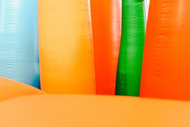 Détail de châteaux gonflables avec des formes de flammes de couleurs géantes