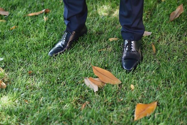 Détail de chaussures pour hommes sur l'herbe
