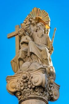 Détail de colonne avec statue d'abraham et d'isaac devant l'église catholique romaine saint charles borromée à pancevo, serbie