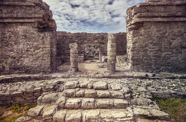 Détail des colonnes d'un temple maya du complexe de tulum au mexique.