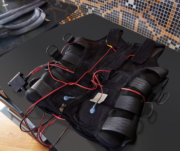 Détail de la combinaison d'électrostimulation ems sur fond noir