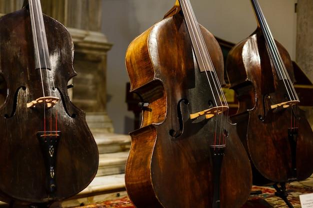 Détail de couleur d'un vieux violon usagé.