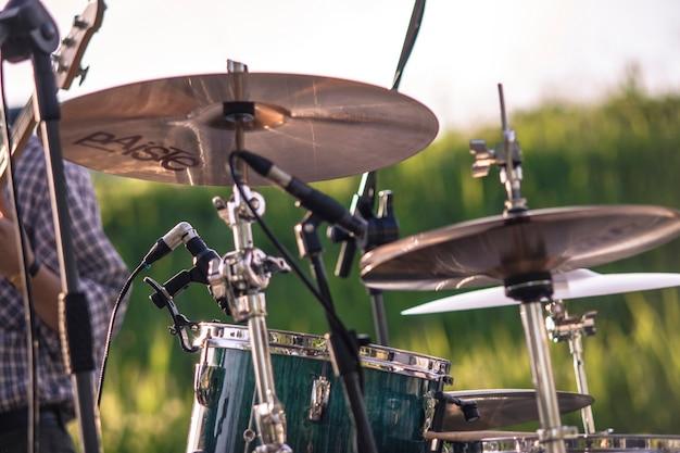 Détail d'un coup de tambour extérieur lors d'un concert