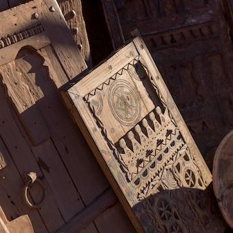 Détail décoratif des portes en bois antiques, ouarzazate, maroc
