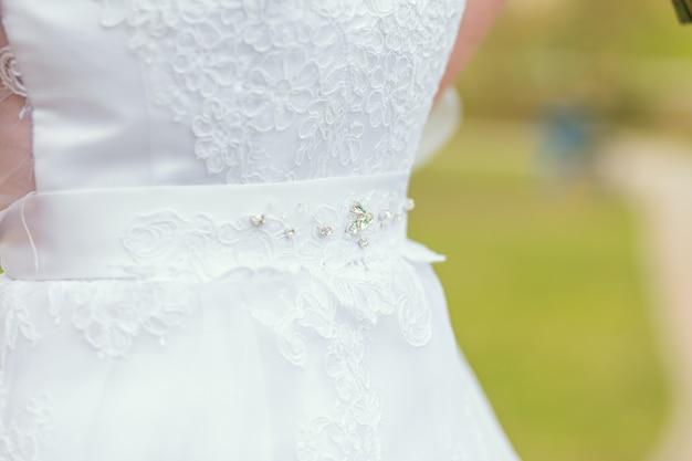 Détail de devant de robe de mariée en gros plan photo