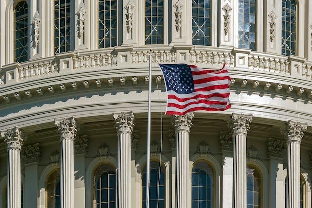 Détail du capitole de washington dc avec drapeau américain aux états-unis