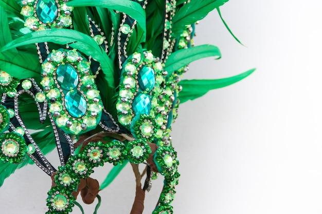 Détail du casque avec des plumes et des broderies pour le carnaval