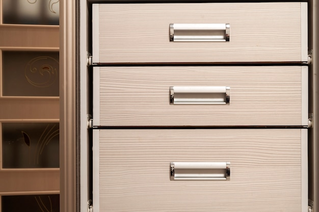 Détail du coffre à meubles en bois avec tiroirs