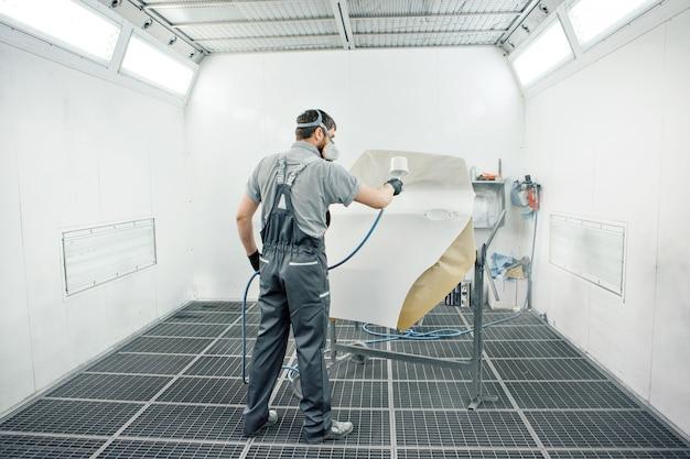 Détail du gros plan de la machine. la peinture est appliquée sur la surface de la machine