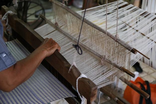 Détail du métier à tisser traditionnel d'asie