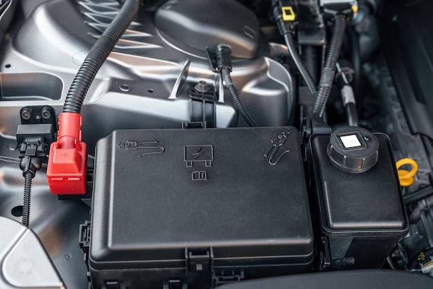 Détail du moteur de la voiture à batterie gros plan sur les nouvelles batteries de la machine