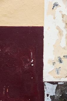 Détail du mur de façade avec fond géométrique de couleur rouge vide