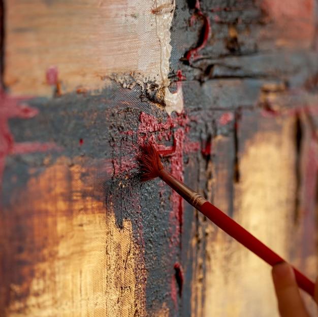 Détail du pinceau sur une peinture sur toile.