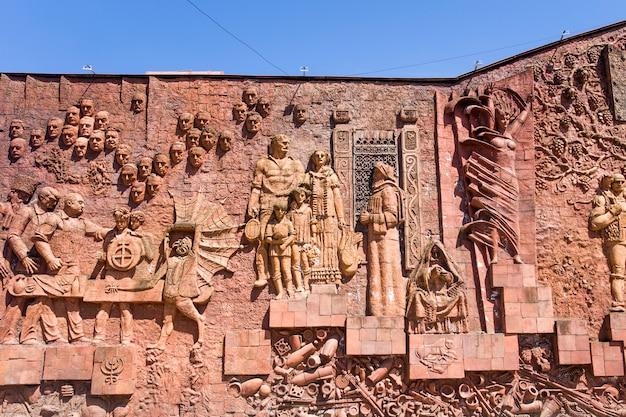 Détail du relief de l'époque soviétique sur le mur du marché de la ville de kutaisi, en géorgie