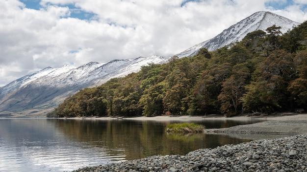 Détail du rivage limpide avec forêt et montagnes tourné aux lacs mavora nouvelle-zélande