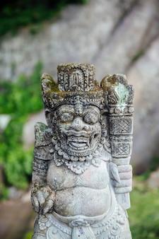 Détail du temple hindou balinais pura goa lawah en indonésie