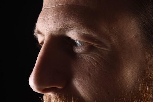 Détail du visage d'un homme dans la trentaine