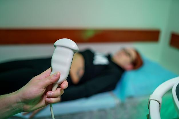 Détail de l'échographie informatique avec rayons x dans une clinique moderne. matériel de diagnostic de numérisation. de nouvelles méthodes de traitement. fermer.
