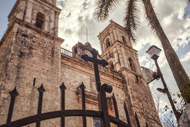 Détail de l'église de san servasio sur la place principale de valladolid au mexique.