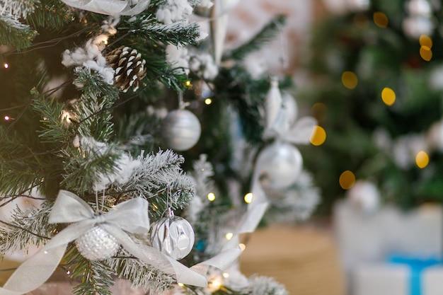 Détail d'un élégant arbre du nouvel an dans un intérieur festif