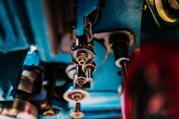 Détail des éléments métalliques d'une machine, avec des rouleaux en acier.