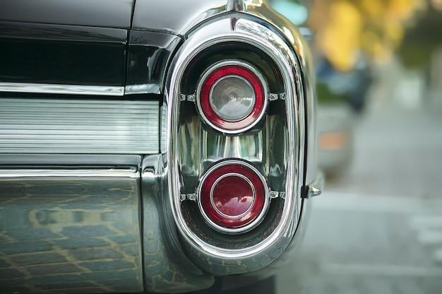 Détail d'un essieu arrière d'une voiture américaine vintage des années 1960 avec chrome bien visible et micro détail.