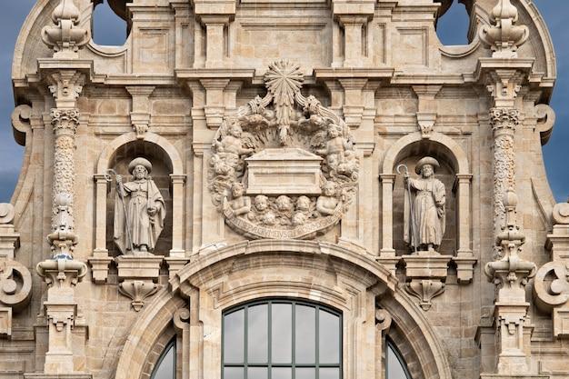 Détail de la façade de la cathédrale de saint-jacques-de-compostelle avec deux sculptures de saint-jacques et de la tombe