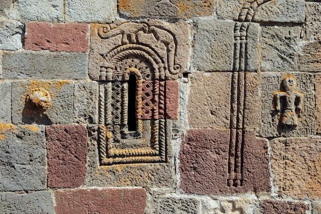 Détail de la façade de l'église de gergeti trinity en géorgie