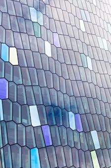 Détail de la façade en verre de la salle de concert harpa à reykjavik, islande.