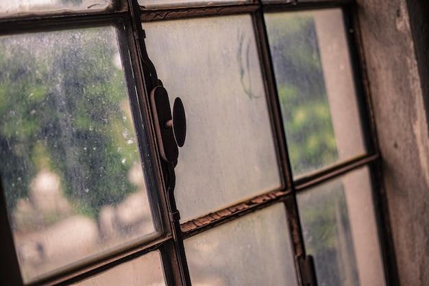 Détail de fenêtre vieux, rouillé et sale dans un bâtiment abandonné