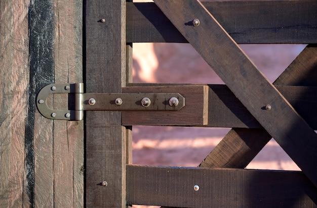 Détail de la ferme de la porte en bois fermée