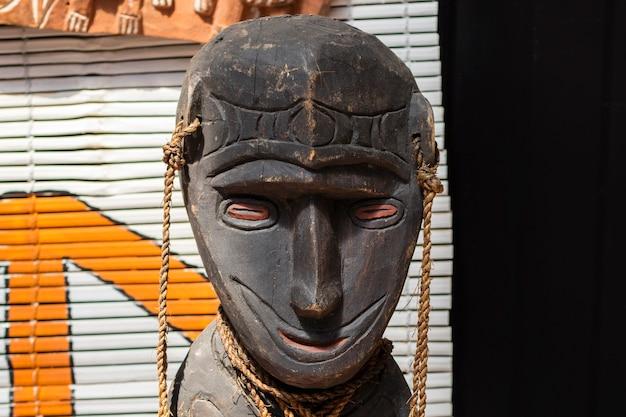 Détail d'une figure de femme en bois. tête avec un sourire sur son visage. fermer