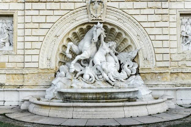 Détail de la fontaine de nymphe et seahorse inn bologna