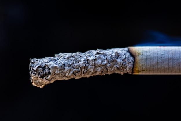 Détail de la fumée de cigarette macro dans le cigare