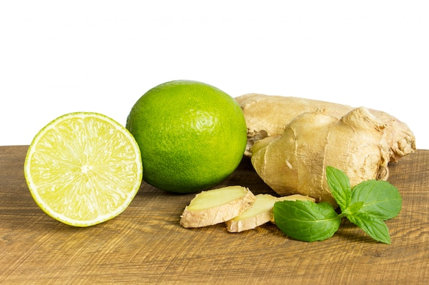 Détail de gingembre frais entier et coupé au citron vert
