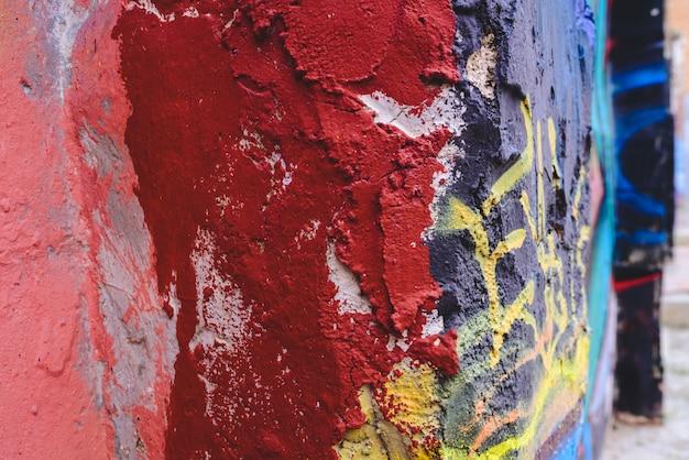 Détail d'un graffiti de rue anonyme avec beaucoup de couleurs, fond urbain joyeux.