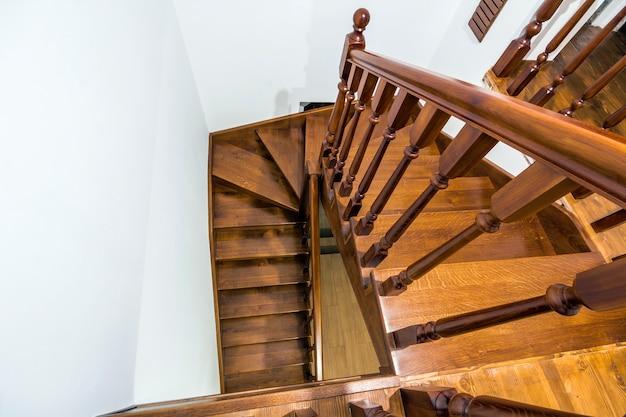 Détail gros plan des escaliers en bois marron