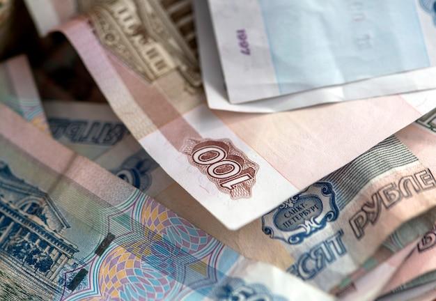 Détail gros plan de quelques billets de banque russes de 100 et 50 roubles
