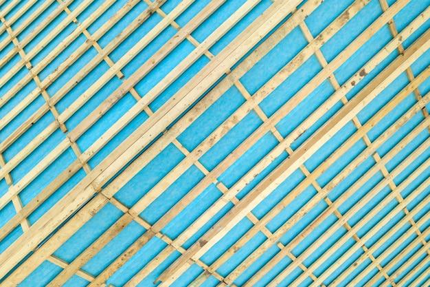 Détail de haut en bas d'une charpente de toit en bois sur une maison en construction.