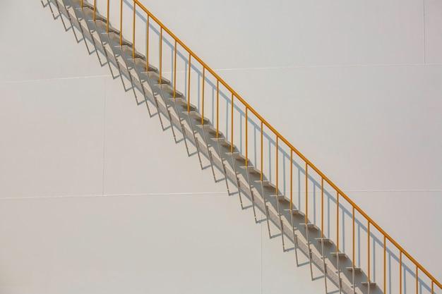 Détail de l'huile de réservoirs blancs dans une ferme de réservoirs avec escalier en fer