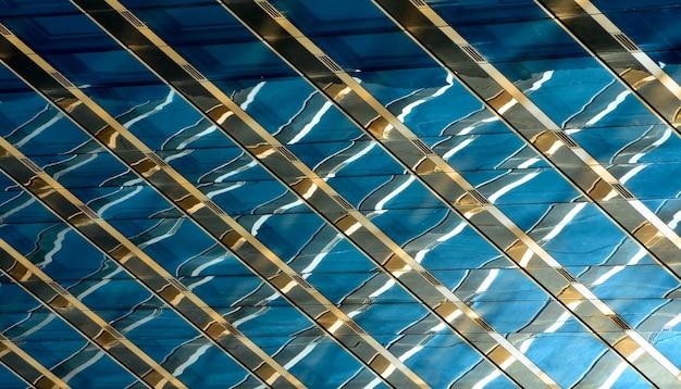 Détail de l'immeuble de bureaux moderne, surface en verre