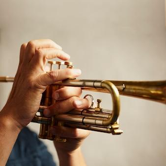 Détail d'un instrument de trompette en métal