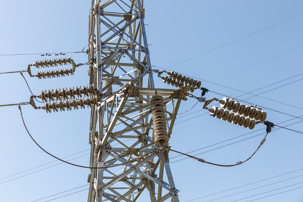 Détail des isolateurs électriques d'un pylône électrique haute tension